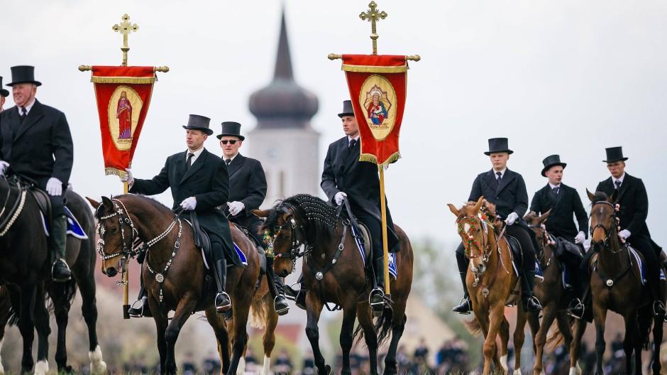 Sorbische Osterreiter in Frack und Zylinder verkünden die Auferstehung Christi.