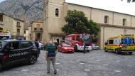 Rettungsfahrzeuge im italienischen Civita: In einer naheliegenden Schlucht sind fünf Menschen bei einem Ausflug ums Leben gekommen.