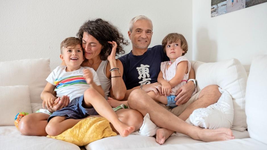 Zuversichtlich: Familie Morganti im Wohnzimmer ihres Hauses in Frankfurt.