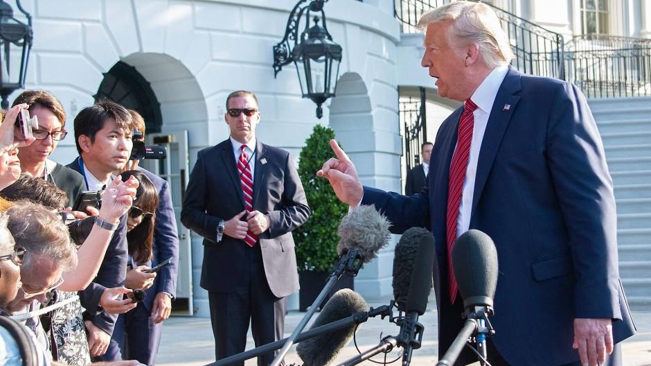 Der amerikanische Präsident beantwortet Fragen von Reportern, bevor er in Richtung Texas und Ohio aufbricht.
