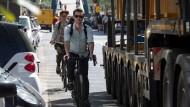 Gefahr für Fahrradfahrer: rechtsabbiegende Lastwagen
