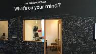 """Die Botschaften an der """"Wall"""" bei Facebook in Palo Alto geben dem Riesen-Unternehmen eine persönliche Handschrift."""
