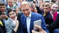 Selfie mit dem Popstar der Politik: Lindner mit junger Anhängerin