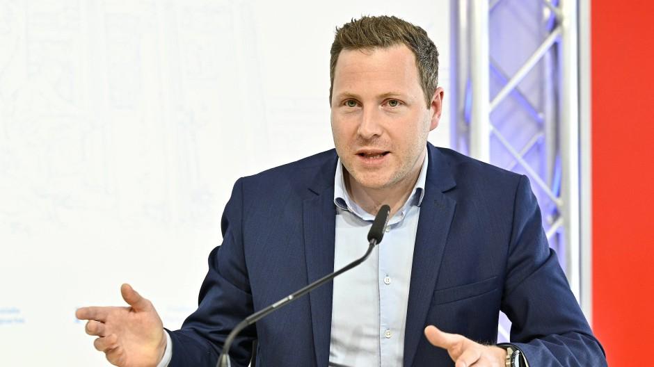 Der Generalsekretär der FPÖ, Michael Schnedlitz, bei einer Pressekonferenz im April