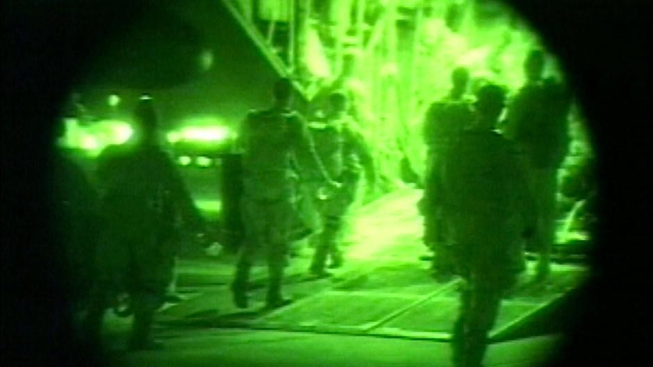 Die ersten hundert amerikanischen Elitesoldaten landen am 20. Oktober 2001, gut einen Monat nach dem 11. September, in Kandahar in Afghanistan.