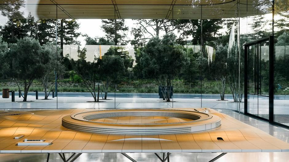 """Es gibt sie wieder, die besten Dinge: Im Apple Store vor dem Hauptquartier von Apple in Cupertino, genannt """"Apple Campus 2"""", steht ein Modell des von Norman Foster entworfenen Gebäudes."""