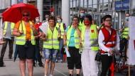 Mitarbeiter des Einzelhandels beteiligen sich vergangene Woche an einem Warnstreik in Dresden.