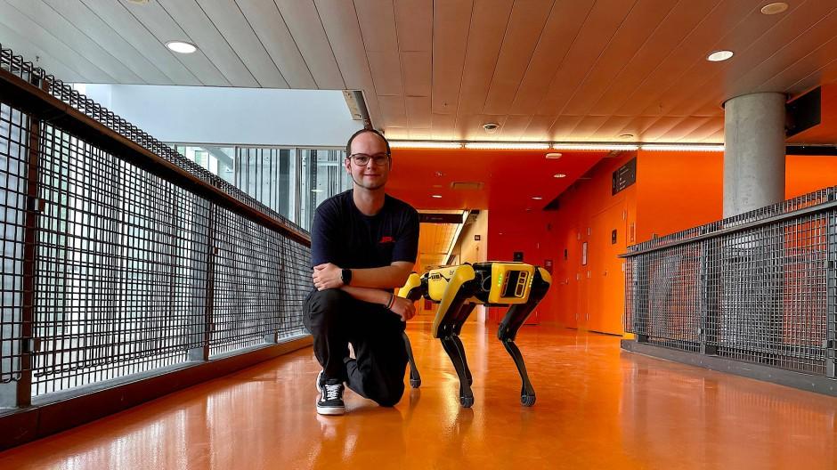 Marcel Kaufmann testet Erkundungs-Roboter.