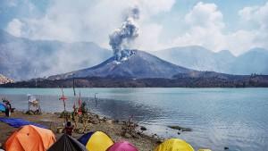 Mehr als 500 Wanderer sitzen auf aktivem Vulkan fest