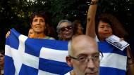Podemos-Anhänger demonstrieren in Spanien Solidarität mit Griechenland.