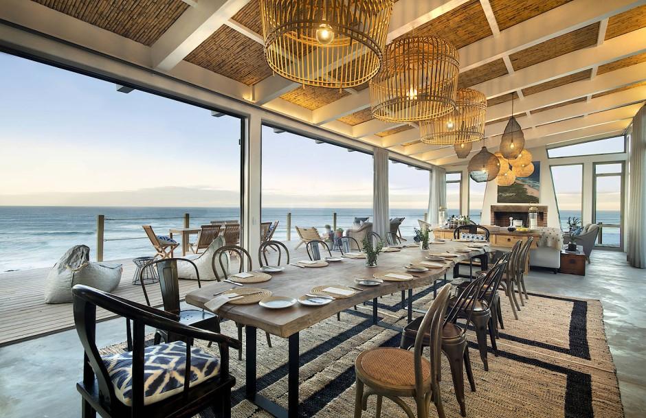 Speisen mit Aussicht: 16 Gäste finden an dem Holztisch Platz