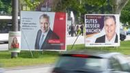 Wahlkampf in Wiesbaden: Gert-Uwe Mende (SPD) und Eberhard Seidensticker (CDU) werben nicht nur auf Plakaten.