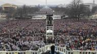 Amerikas Präsident Donald Trump spricht bei seiner Antrittsrede vor einer Menschenmenge in Washington.