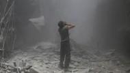 Nach einem Luftangriff der syrischen Armee in Bustan al-Qasr
