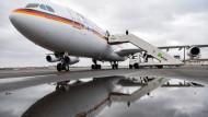 Ein Airbus der Flugbereitschaft der Bundeswehr steht auf dem militärischen Teil des Flughafens Berlin-Tegel bereit.