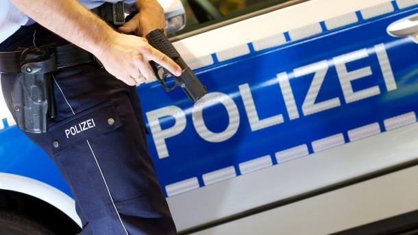 Pistole anlegen zählt zur Dienstzeit eines Polizisten