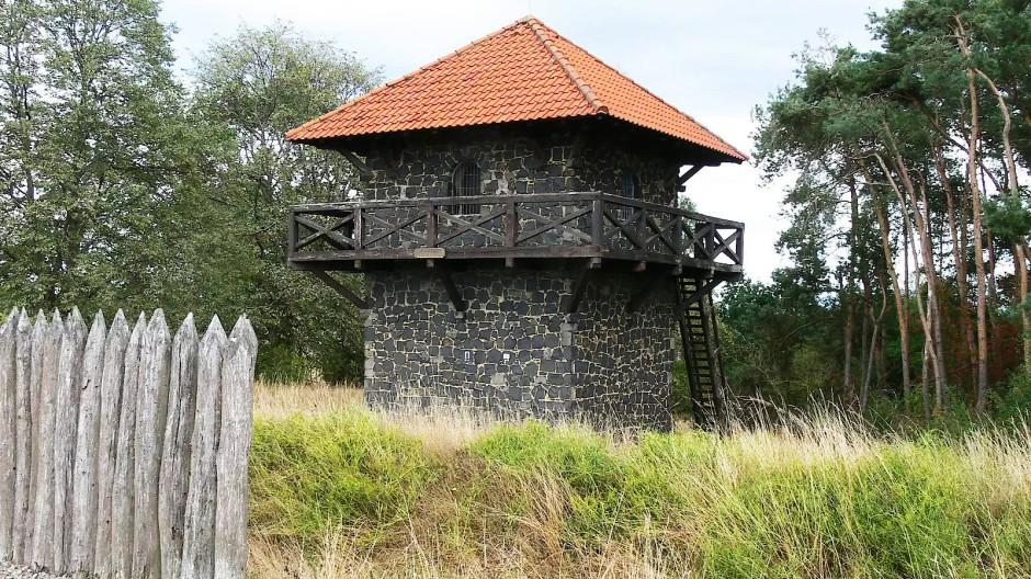 Attraktion am Wegesrand: Der Limesturm am nördlichsten Punkt des römischen Imperiums bei Pohlheim-Grüningen.