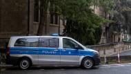 Nach einem Anschlag auf eine Synagoge in Halle werden auch die Sicherheitsmaßnahmen um die Synagoge im Frankfurter Westend verschärft.
