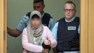 05.07.2019, Baden-Württemberg, Stuttgart: Die Angeklagte wird in einen Gerichtssaal des Oberlandesgerichts in Stammheim geführt.