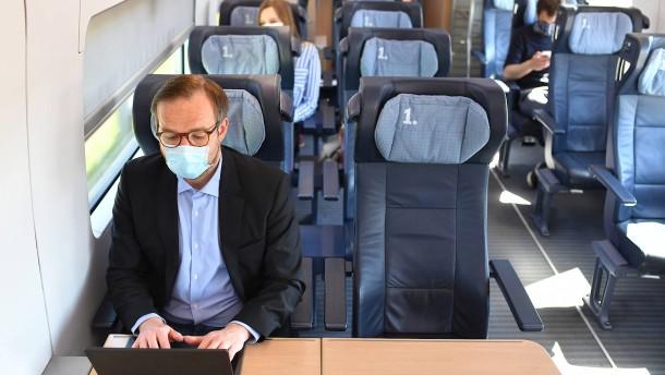 Maske hilft gegen Ansteckung im Zug