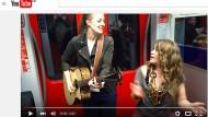 Mit ihrem Song in der Frankfurter S-Bahn wurde Anna Guder alias Kiddo Kat (links) über Youtube berühmt.