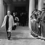 Der Neue: Bundeskanzler Konrad Adenauer auf dem Petersberg, wo er den Vertretern der Besatzungsmächte seine Aufwartung machen musste.
