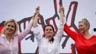 Untergetaucht:  Swetlana Tichanowskaja, Kandidatin bei der Präsidentenwahl in Belarus (mitte), mit ihren Mitstreiterinnen Maria Kolesnikowa (rechts) und Veronika Zepkalo.