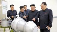 Angeblich eine Wasserstoffbombe: Kim Jong-un inspiziert die Fortschritte seiner Ingenieure.