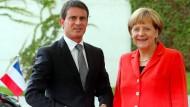 Bundeskanzlerin Angela Merkel empfängt in Berlin Frankreichs Premierminister Manuel Valls: Den Gürtel enger schnallen?