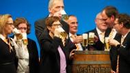 Schmeckt's? Annegret Kramp-Karrenbauer beim Politischen Aschermittwoch der CDU Hessen mit Parteifreunden