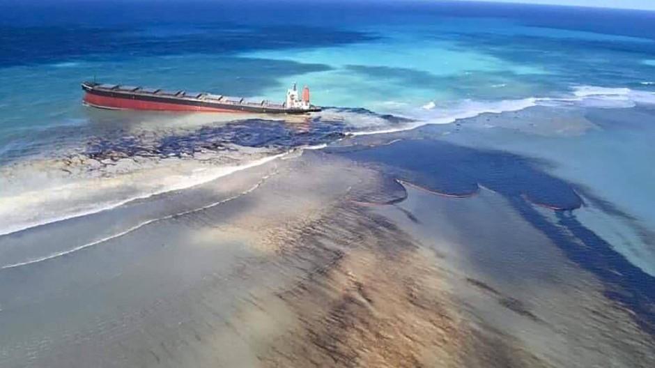 """Lief am 25. Juli auf Grund: der Frachter """"Wakashio"""" an der Ostküste von Mauritius"""