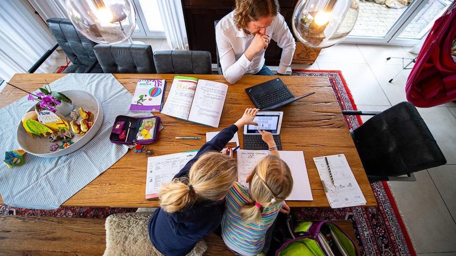 Für viele der pure Stress: zuhause arbeiten und sich gleichzeitig um die Kinder kümmern