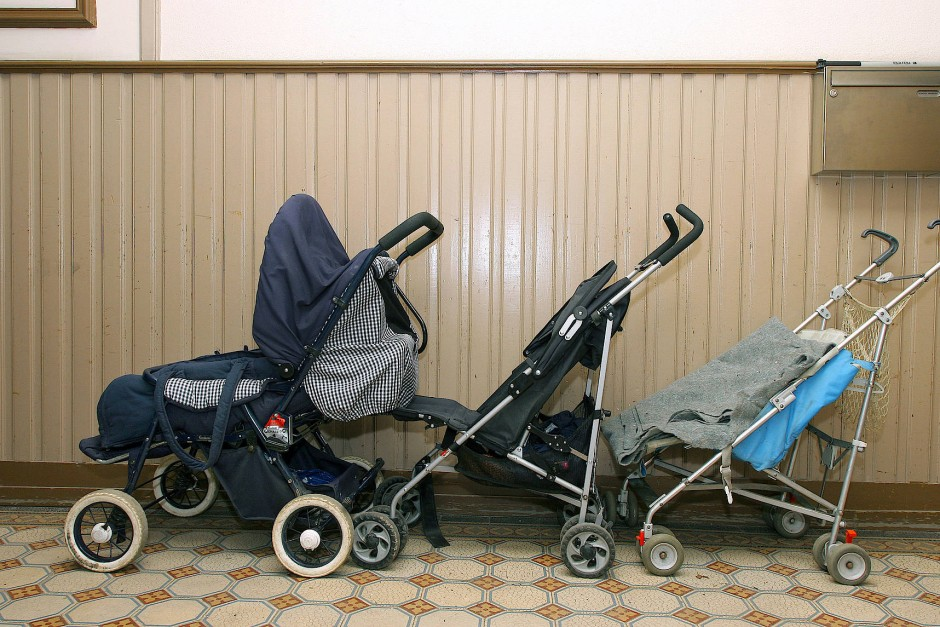 rad kinderwagen schuhschrank was d rfen mieter im treppenhaus abstellen. Black Bedroom Furniture Sets. Home Design Ideas