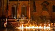 """Gemetzel der Ungezähmten: Für """"Siegfrieds Erben"""" wird der Wormser Dom im Feuerschein erleuchtet."""