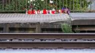 Blumen und Kerzen stehen an Gleis eins am Bahnhof in Voerde.