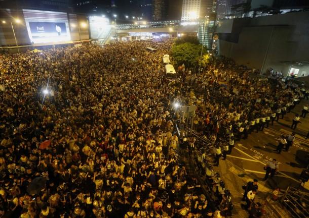 PROTESTAT NË HONGKONG Tausende-demonstranten-blockierten-in-der-nacht-zum-montag-wichtige-verkehrsadern-in-hongkong