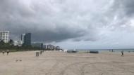 """Trotz des Feiertags sind kaum Touristen am Strand – Hurrikan """"Dorian"""" naht."""