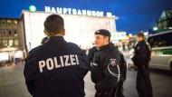 Permanent unter Druck: Polizeibeamte am Kölner Hauptbahnhof.