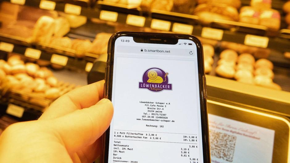 Einige Bäcker bieten ihren Kunden schon elektronische Kassenbons an –  es reicht, mit dem Smartphone den QR-Code auf dem Kassendisplay zu scannen.