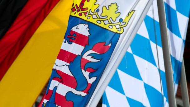 Gemeinsame Kabinettsitzung Hessen und Bayern - Die Landesregierungen treffen sich im Schloss Biebrich in Wiesbaden. Auf der Tagesordnung steht unter anderem die geplante gemeinsame Klage gegen den Länderfinanzausgleich.