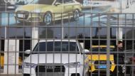 Audi-Neuwagen stehen auf dem Gelände eines Händlers in Peking.