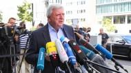 Gefragter Politiker: Hessens Ministerpräsident Volker Bouffier (CDU) spricht in Berlin vor zahlreichen Medienvertretern