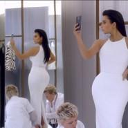 Internetstar Kim Kardashian wirbt mit Selfies für eine Telefonfirma.