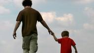 Das Familienband zwischen dem Kind und seinem rechtlichen Vater hat weiter Vorrang gegenüber der Beziehung zum leiblichen Vater