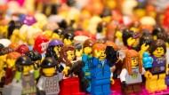 Minimenschen-Menge: Lego-Figuren im Maßstab 1:43 auf Noppenplatten