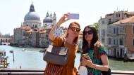 Zwei Touristinnen am 3. Juni auf der Ponte dell'Accademia in Venedig