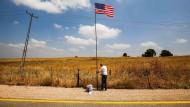 """In israelischen Bruchim wird die amerikanische Flagge gehisst– am Sonntag soll dort der Ort """"Ramat Trump"""" ausgerufen werden: die """"Trump-Höhe""""."""