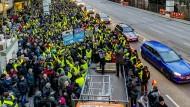 Stuttgarter Demonstrieren an der Messstelle Neckartor gegen das flächendeckende Fahrverbot für ältere Diesel in Stuttgart.