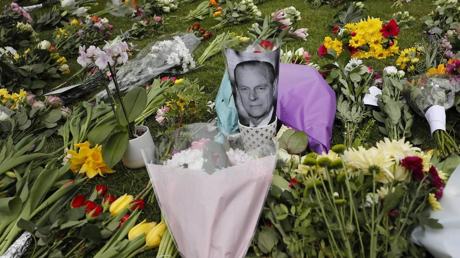 Die Menschen in London nehmen Abschied von Prinz Philip - und legen vor Windsor Castle Blumen nieder.
