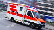 Schwerer Unfall: Eine Frau stirbt bei dem Zusammenstoß mit einem Rettungswagen.